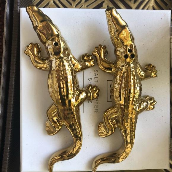 Vintage Other - Gold alligator salt pepper shakers